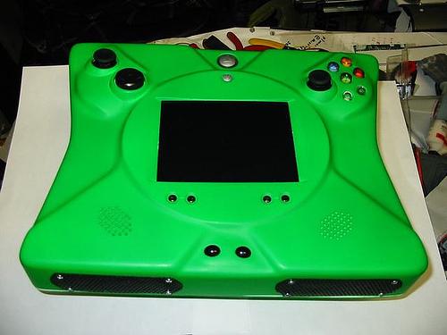 """Pode parecer um Xbox para marcianos, mas não é. Isto, meus caros, é um Xbox """"portátil"""". Reparem nos botões e no tamanho dele. Talvez um videocassete seja mais leve."""
