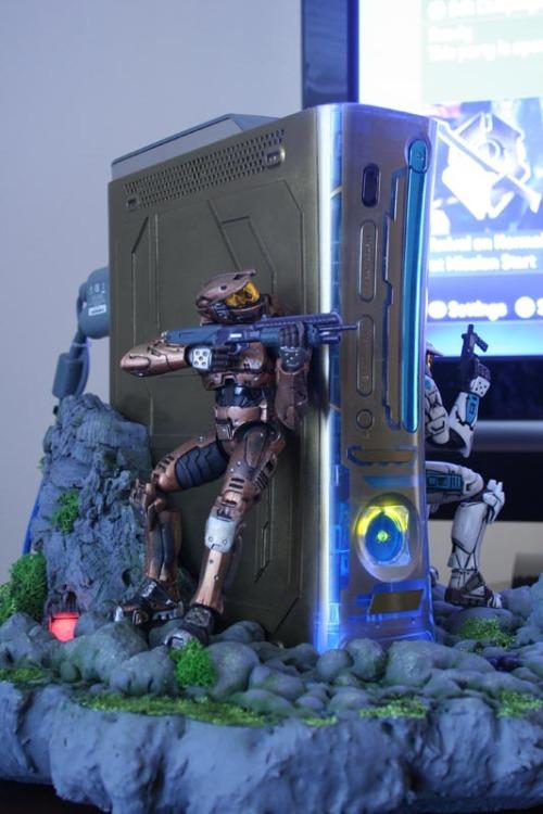 Estreando o sonho de todos os fãs de Halo: Um Xbox tunado com action figures embutidos. Pesadelo de todo fã de Halo: preço nas alturas.